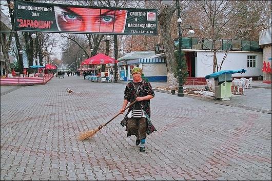 Uzbekwomansweepingthestreet