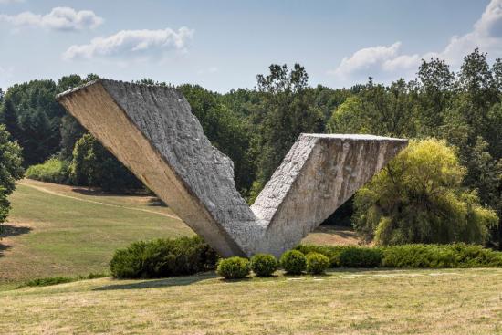 Spomenik8