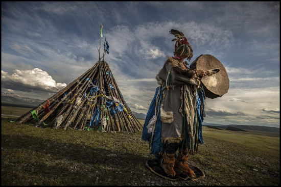 Rainier-Shaman-performing-Northern-Mongolia-954x636