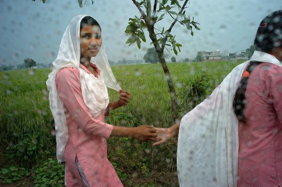 Punjab-L1366018-nina-ventana-dando-mano-1200-1